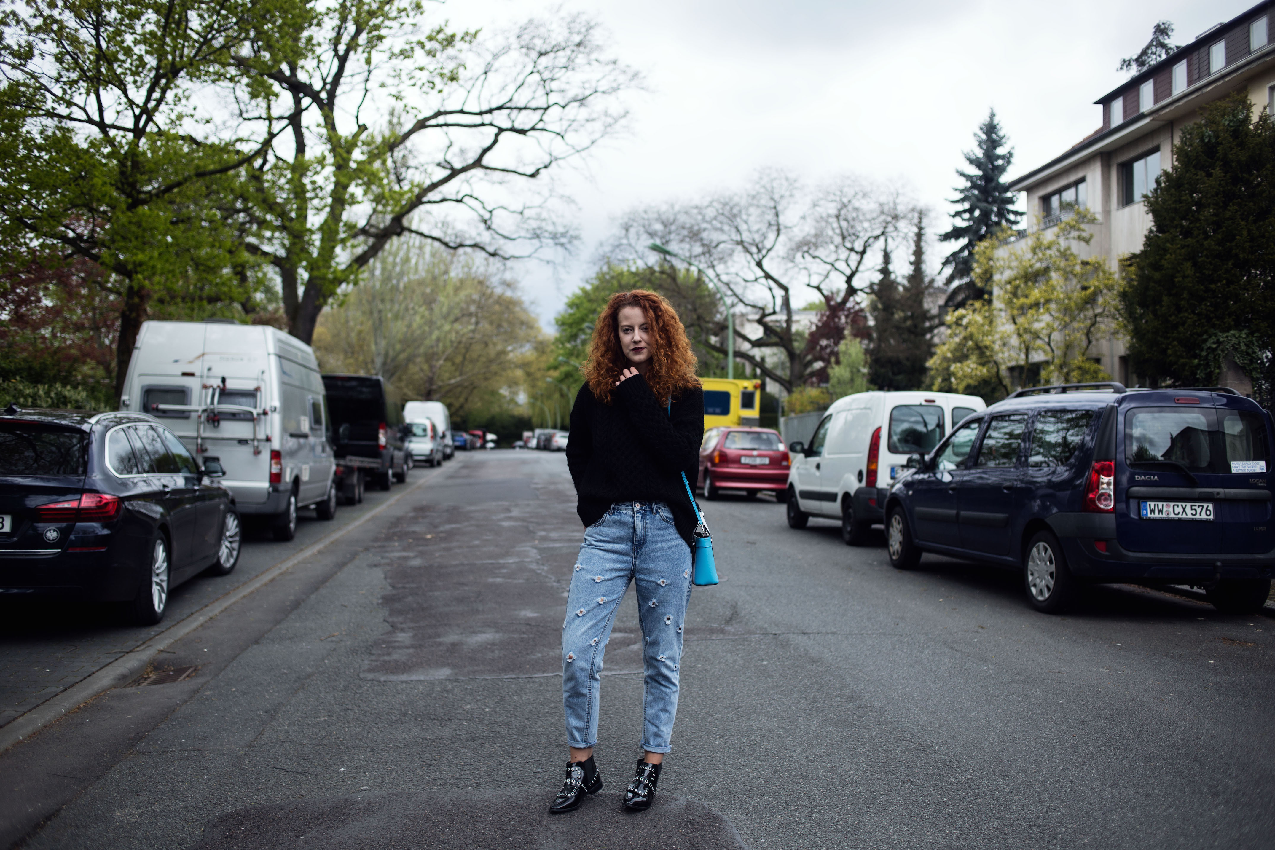 special pair of jeans outfit mom jeans pull & bear asos boots guess bag ripped jeans oversize pullover sweater frankfurt ffm blogger fashion the curled girl