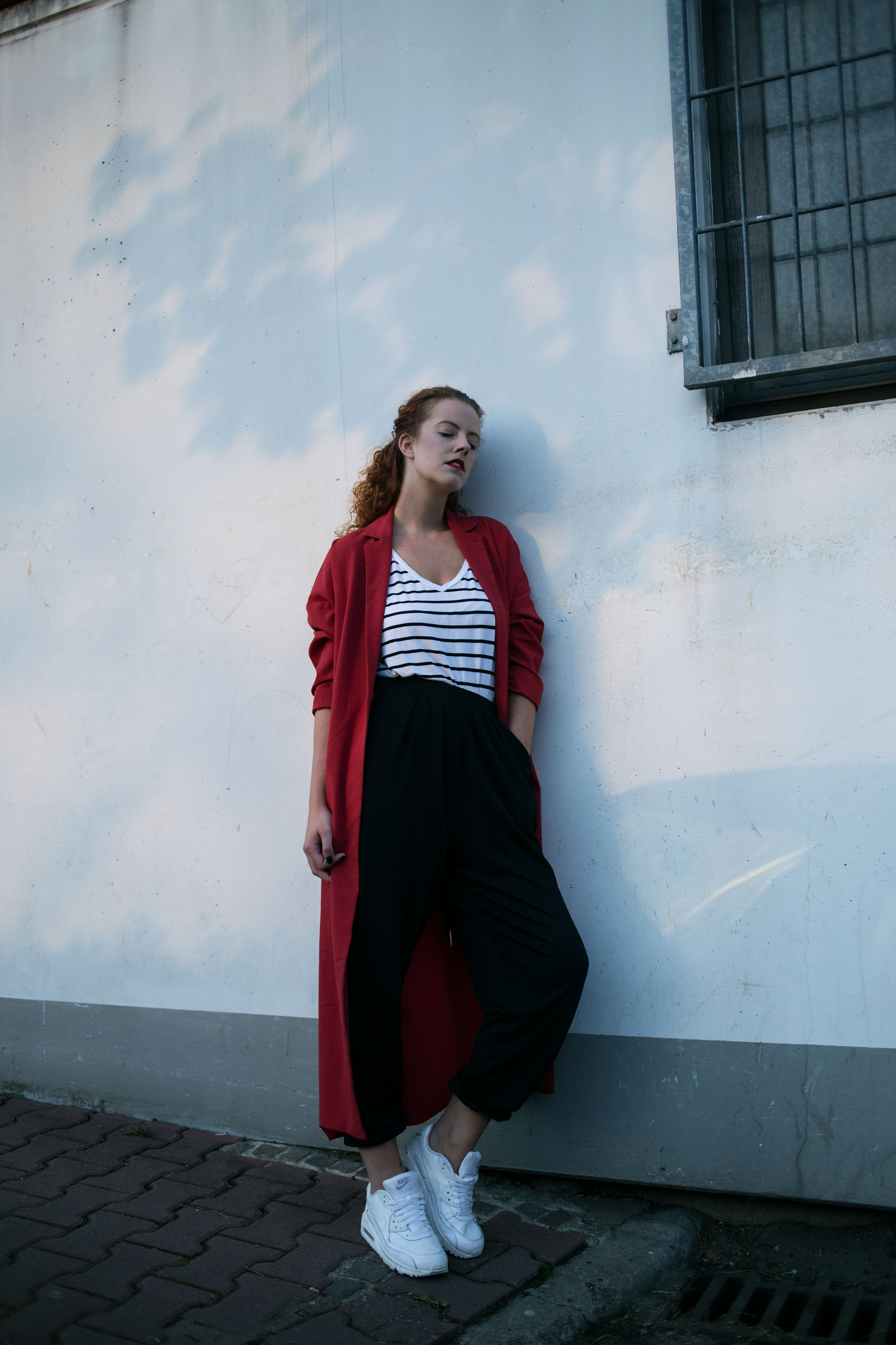 outfit red coat oversize asos 5preview trousers black white striped tee shirt tshirt ffm blogger fashionblogger fashion the curled girl