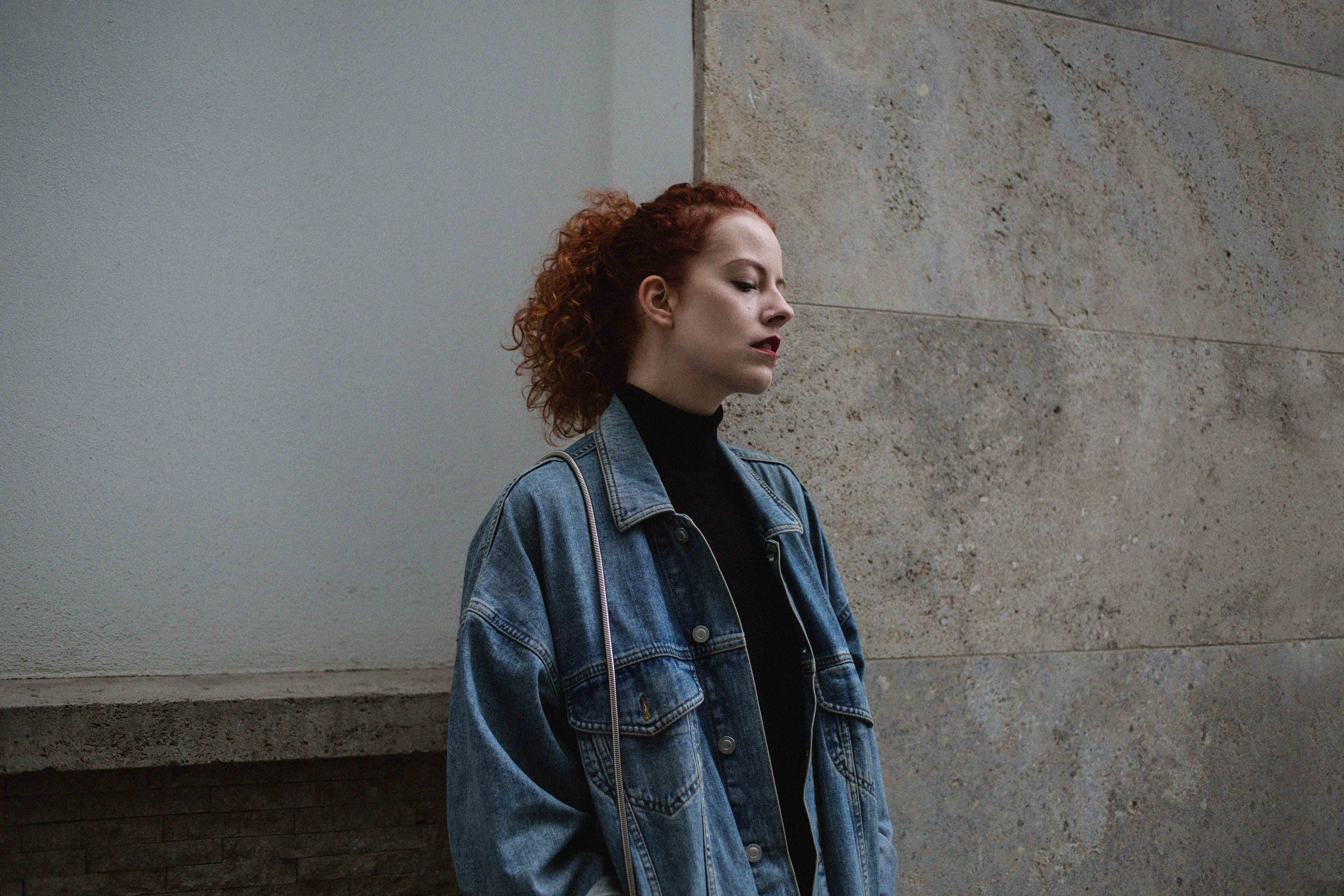 denim jacket jeansjacke denim on denim outfit blogger frankfurt ootd lookbook look thecurledgirl the curled girl autumn inspiration herbst winter camel coat edgy nike sneaker boots pullover layering asos curls ffm mode fashion frankfurt