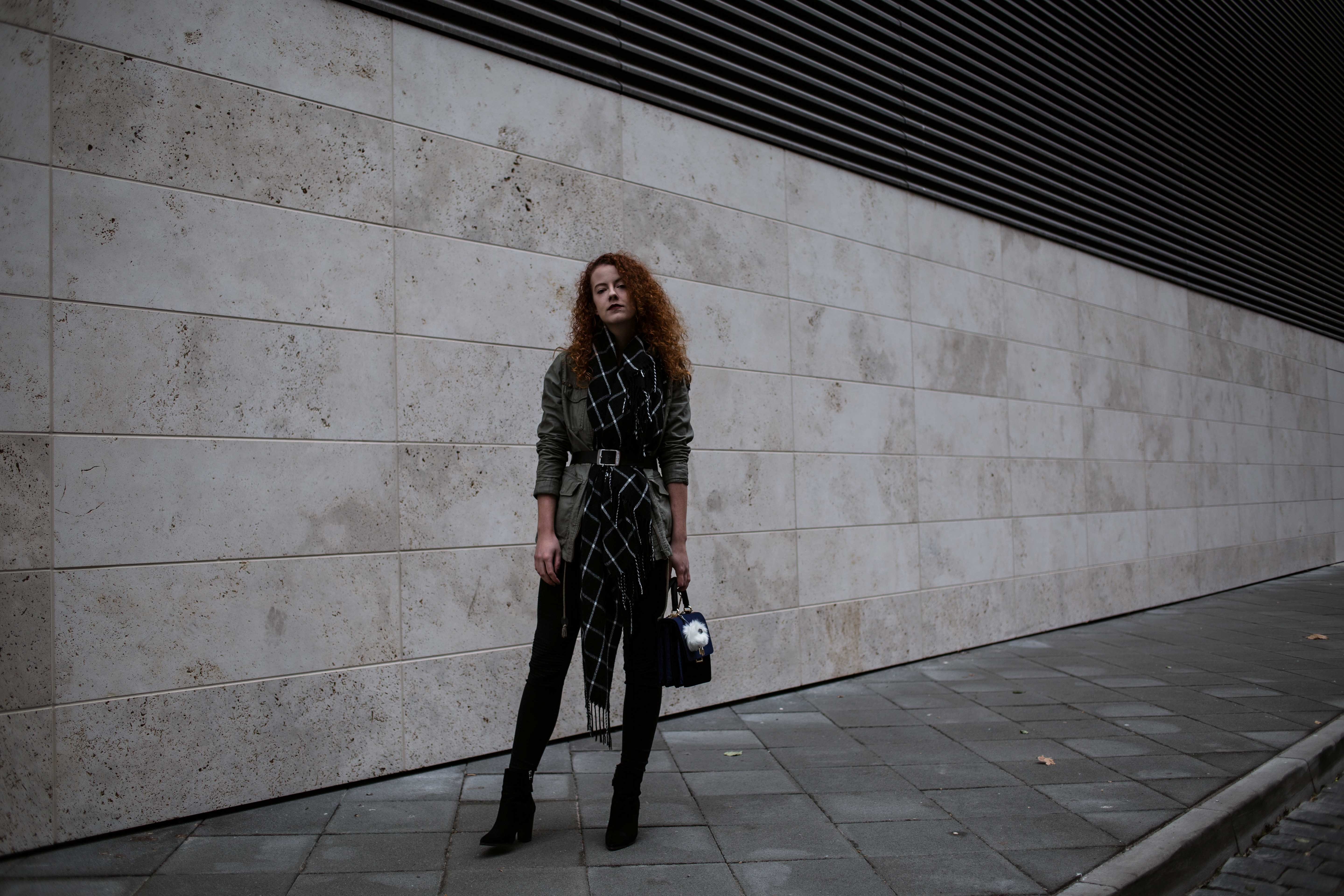 outfit fashionblogger mode blogger fashion blogger frankfurt berlin schal gürtel scarf belt streetstyle street style blogger fashion week curly hair red hair karierter schal asos military jacket olivgrün zara bag tasche samt edited boot the curled girl edgy